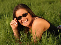 Mulher feliz com óculos de sol Fotografia de Stock