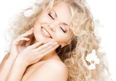 Mulher feliz com as flores no cabelo Fotografia de Stock