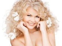 Mulher feliz com as flores no cabelo Imagem de Stock Royalty Free