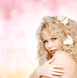 Mulher feliz com as flores no cabelo Imagens de Stock Royalty Free