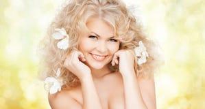Mulher feliz com as flores no cabelo Foto de Stock