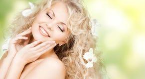 Mulher feliz com as flores no cabelo Fotos de Stock