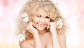 Mulher feliz com as flores no cabelo Imagem de Stock