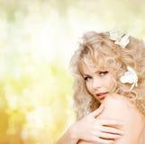 Mulher feliz com as flores no cabelo Imagens de Stock