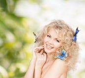 Mulher feliz com as flores no cabelo Foto de Stock Royalty Free
