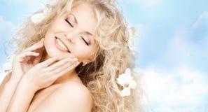 Mulher feliz com as flores no cabelo Fotos de Stock Royalty Free