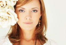 Mulher feliz com as rosas bonitas do verão Imagem de Stock Royalty Free