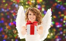 Mulher feliz com asas do anjo e presente do Natal Imagens de Stock