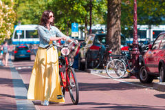 Mulher feliz com a bicicleta em férias europeias Fotografia de Stock