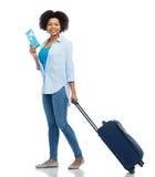 A mulher feliz com bilhete de avião e o curso ensacam Imagens de Stock Royalty Free