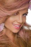 Mulher feliz com cabelo e as flores cor-de-rosa Foto de Stock Royalty Free