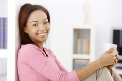Mulher feliz com caneca de café imagem de stock