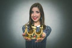 Mulher feliz com coroa dourada Primeiro conceito do lugar foto de stock