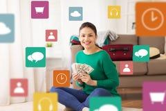 A mulher feliz com dinheiro e o curso ensacam em casa Imagens de Stock