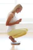 Mulher feliz com escalas do peso Foto de Stock Royalty Free