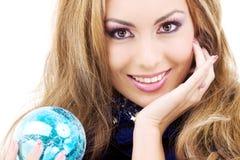 Mulher feliz com a esfera azul do Natal Fotografia de Stock
