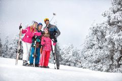 Mulher feliz com a família que faz o selfie na montanha fotografia de stock royalty free