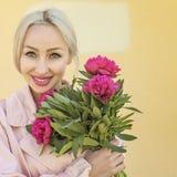 Mulher feliz com flores fora Foto de Stock Royalty Free