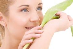 Mulher feliz com folha verde fotografia de stock