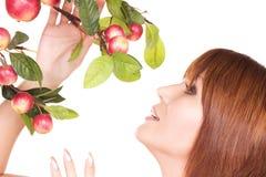 Mulher feliz com galho da maçã imagem de stock