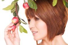 Mulher feliz com galho da maçã fotografia de stock