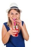Mulher feliz com limonada da hortelã da framboesa imagens de stock royalty free