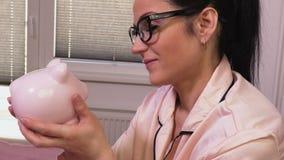 Mulher feliz com mealheiro cor-de-rosa filme