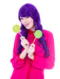 Mulher feliz com o cabelo roxo que mantém pirulitos isolados no branco Imagens de Stock