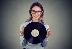 Mulher feliz com o disco retro do vinil fotos de stock