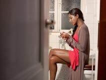 Mulher feliz com o jogo do teste de gravidez Foto de Stock Royalty Free