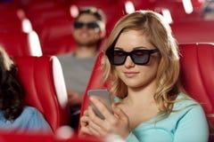 Mulher feliz com o smartphone no cinema 3d Fotografia de Stock