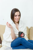 Mulher feliz com o termômetro curado dos frios Imagem de Stock