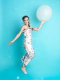 Mulher feliz com os balões no fundo azul imagem de stock royalty free