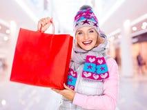 Mulher feliz com os presentes após a compra ao ano novo Fotografia de Stock Royalty Free