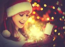 Mulher feliz com os presentes mágicos do Natal Fotos de Stock Royalty Free