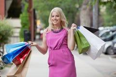 Mulher feliz com sacos de compra fotografia de stock