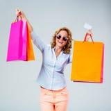 Mulher feliz com sacos de compras da cor Fotografia de Stock