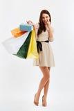 Mulher feliz com sacos de compras No branco fotografia de stock