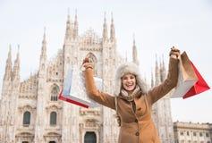Mulher feliz com sacos de compras que exulta na parte dianteira do domo Foto de Stock