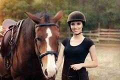 Mulher feliz com seu cavalo Imagem de Stock Royalty Free