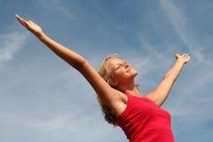 A mulher feliz com seus braços largos abre Fotografia de Stock Royalty Free