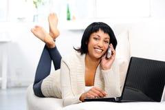 Mulher feliz com telefone fotos de stock royalty free