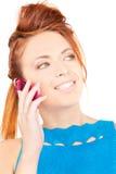 Mulher feliz com telefone cor-de-rosa imagens de stock royalty free