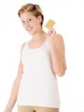 Mulher feliz com um cartão de crédito fotografia de stock royalty free