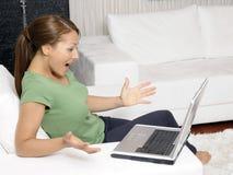 Mulher feliz com um computador fotografia de stock royalty free