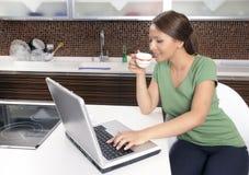 Mulher feliz com um computador foto de stock