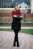 Mulher feliz com um lenço outono Retrato do outono da menina bonita Foto de Stock Royalty Free