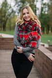 Mulher feliz com um lenço outono Retrato do outono da menina bonita Fotos de Stock Royalty Free