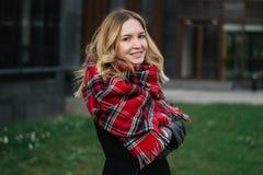 Mulher feliz com um lenço outono Retrato do outono da menina bonita foto de stock