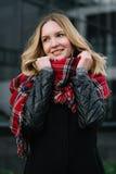 Mulher feliz com um lenço outono Retrato do outono da menina bonita fotos de stock